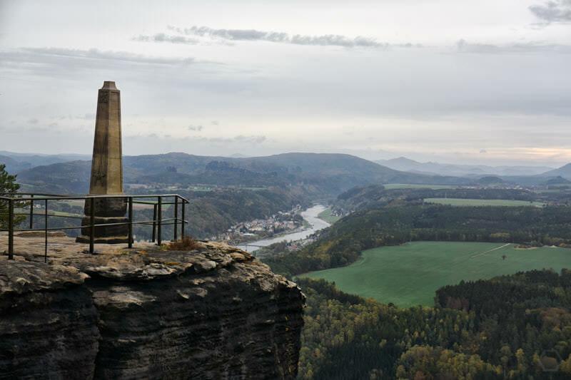 Obelisk auf dem Lilienstein und die Elbe im Osten