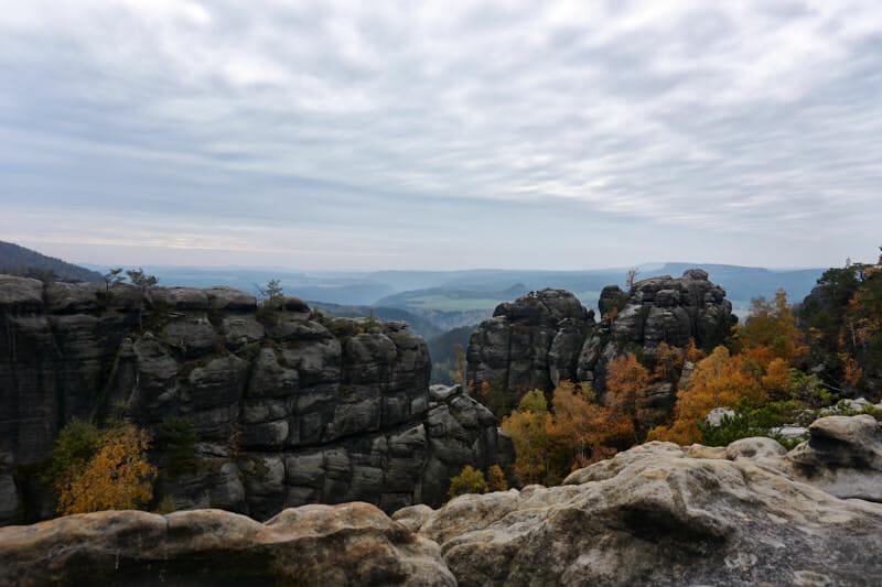 Felsen und Schluchten überall