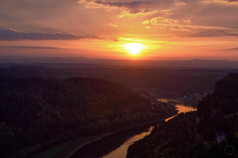 Sonnenuntergang von der Basteiaussicht gesehen / Sächsische Schweiz