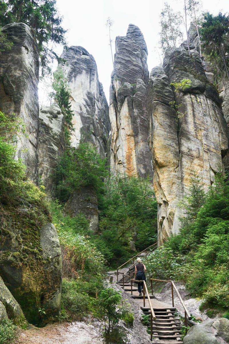 Adersbacher Felsenstadt Tschechien Fernwehbus - Steile Felsformationen ragen in den Himmel