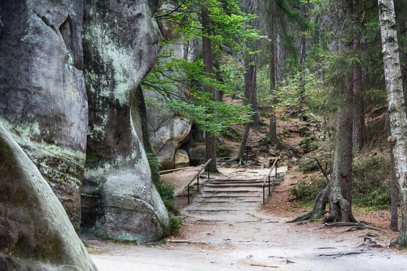Breite Wege und gewaltige Felsen